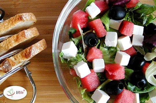 salatka Sałatka z arbuzem i fetą- w sam raz na wakacyjny upał. Przepis od ViVio!