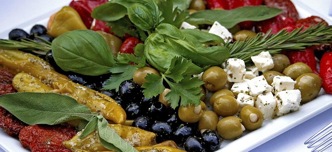 przepis-na-salatke-z-feta-1 PRZEPIS NA SAŁATKĘ Z FETĄ w trzech różnych wariantach smakowych!