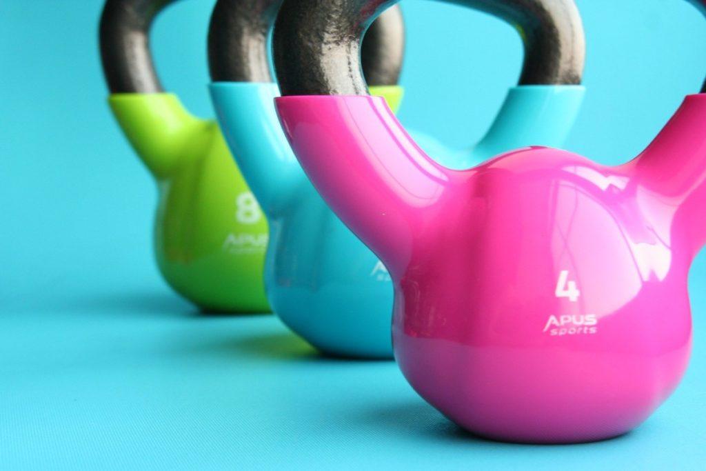 kettlebells-1677217_1920-1024x683 Aktywność fizyczna w domu. Podpowiadamy, jak zorganizować domową siłownię!