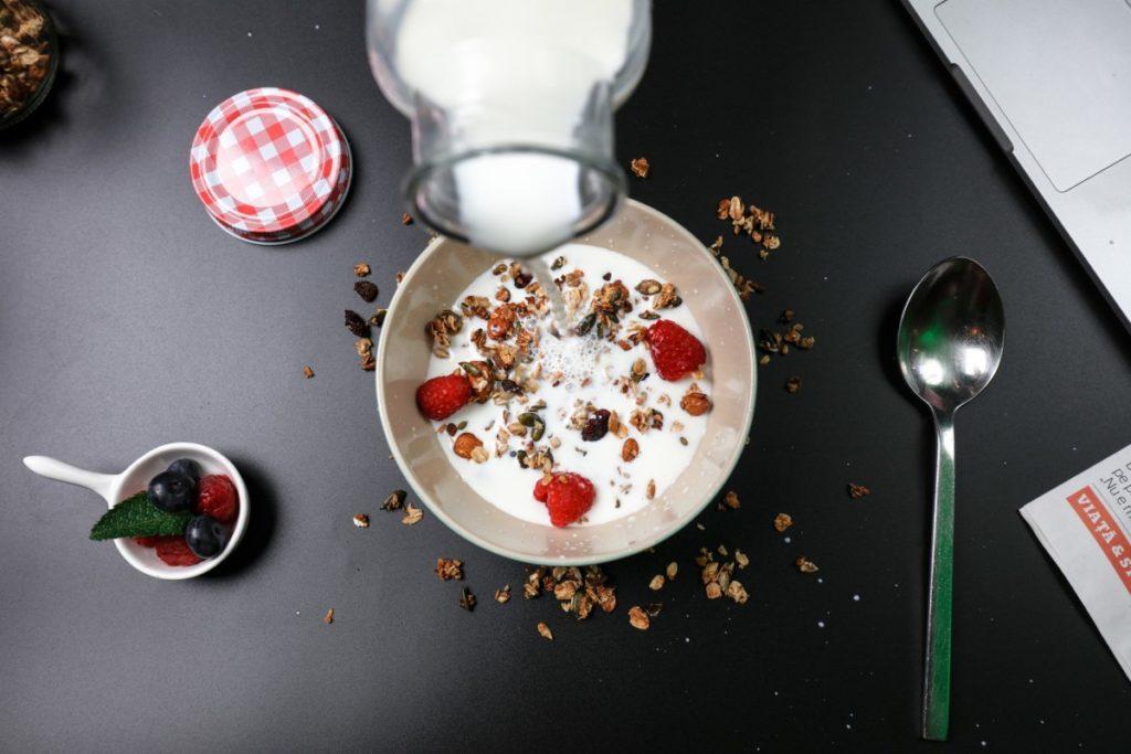 berry-breakfast-4336049_1920-1024x683 Niedoczynność tarczycy – jak rozpoznać jej objawy i jak sobie z nią radzić?