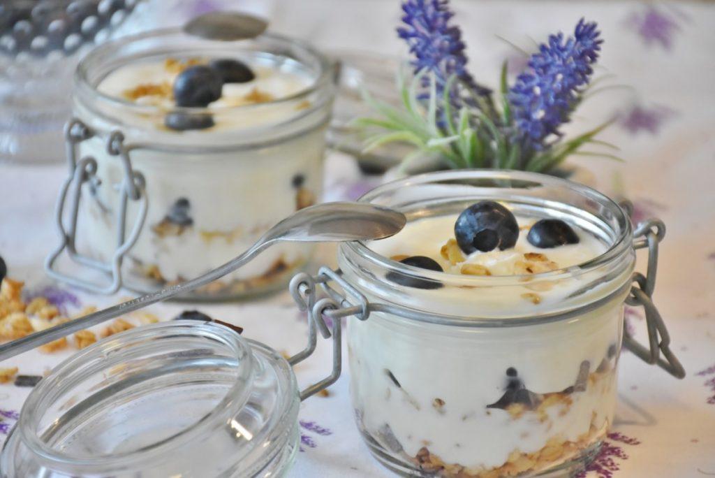 yogurt-1612787_1920-1024x684 Zdrowe przekąski dla najmłodszych – przedstawiamy proste przepisy w sam raz na upalną pogodę